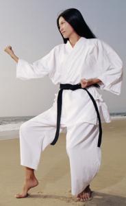 femme-karaté-plage-kimono-kata